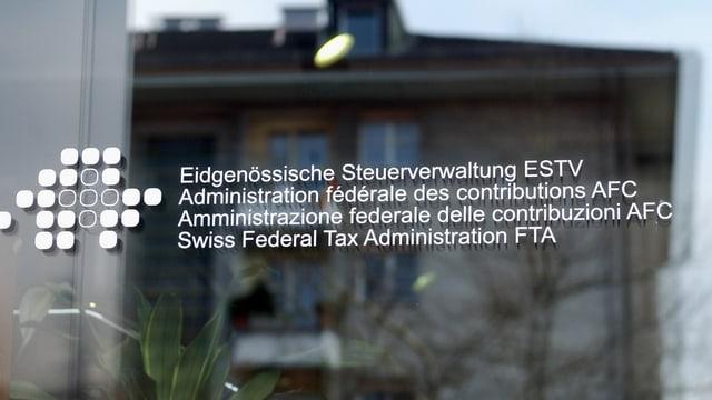 L'isch da l'Administraziun federala da taglia cun inscripziun en 4 linguas.