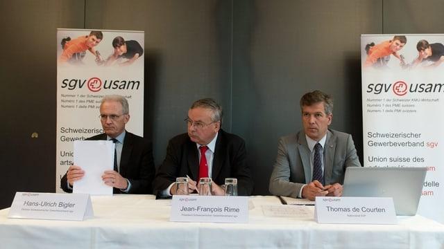 Spitze des Gewerbeverbands an PK im Bern. Zusammen mit SVP-Nationalrat Thomas de Courten.