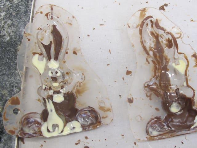 In den leeren Plastikschalen befinden sich mit dunkler und weisser Schokolade Verzierungen