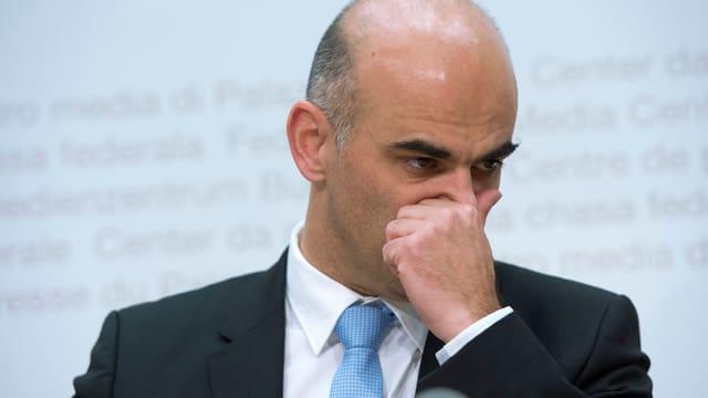 Bild von Bundesrat Alain Berset an einer Medienkonferenz.