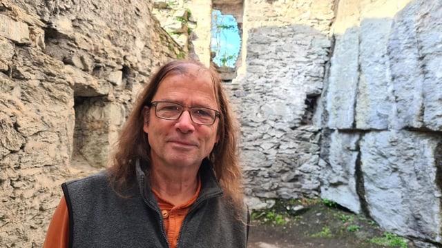Guido Dietrich declera las particularitads dal chastè