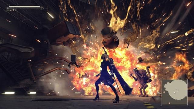 2B in cooler Pose vor einem riesigen explodierenden Boss.