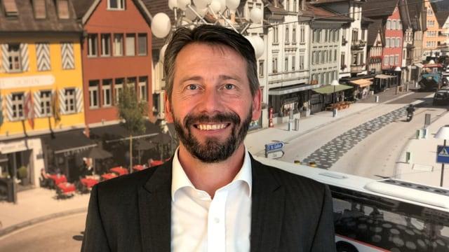 Bruno Huber in seinem Büro von Regiobus in Gossau.
