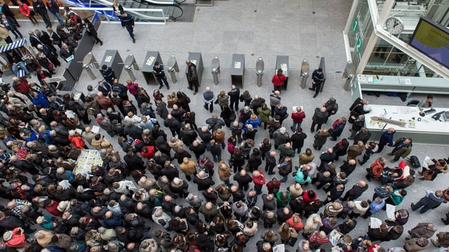 Das Publikum vor dem Eingang von oben fotografiert.