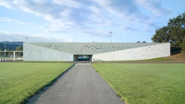 Aussenansicht des neu eröffnete Nachwuchs-Campus des FC Basel , ein länglicher Betonbau.