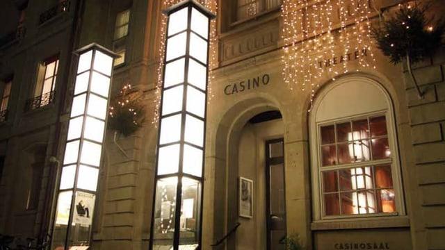 Die nächtliche Fassade des Casino Theaters Burgdorf, festlich beleuchtet.