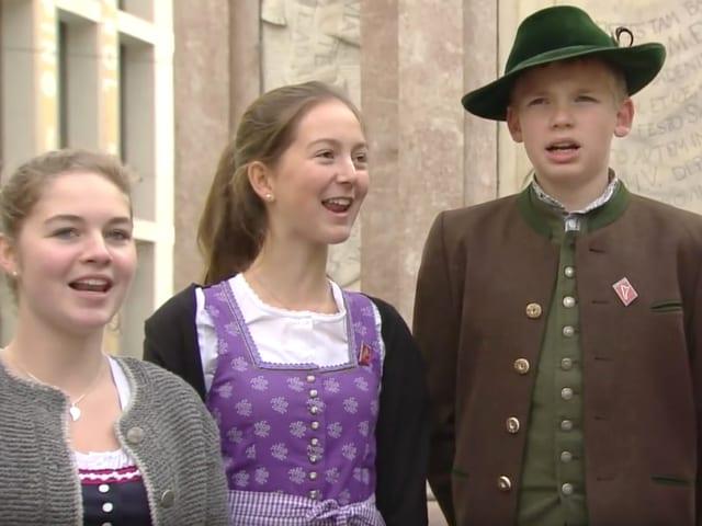Sänger in volkstümlichen Kleidern.