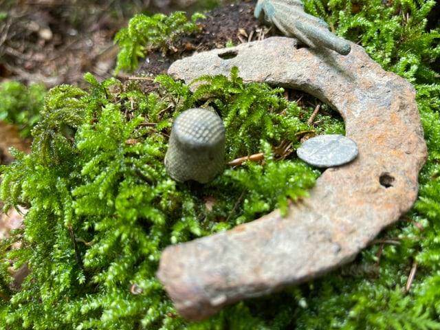 Fingerhut, Hufeisen und römische Münze