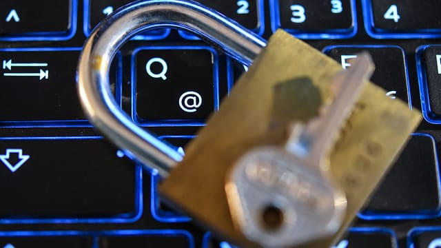 serra pitschna cun clav sin ina tastatura d'in computer