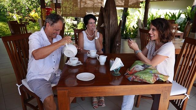 Mona Vetsch mit den Bali-Auswanderern Orlando Stamm und Anni Kuhn im Restaurant ihres Resorts