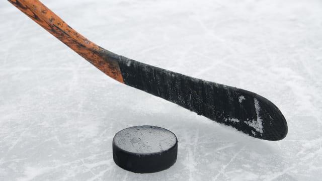 Bastun da hockey e puck.