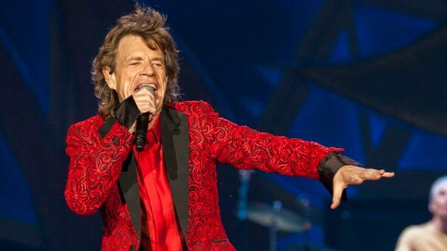 Mick Jagger auf der Bühne singend.