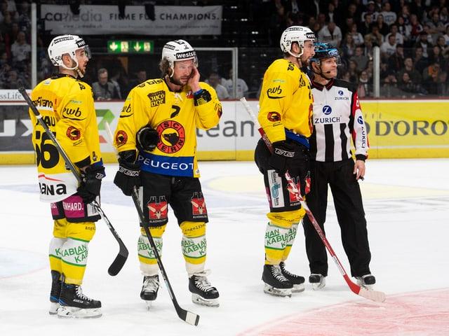 Drei SCB-Spieler stehen enttäuscht auf dem Eis.
