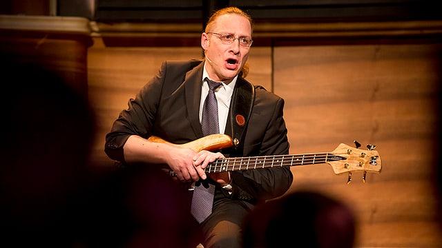 Dani Ziegler präsentiert ein musikalisches Geburtstagsständchen für sich selbst.