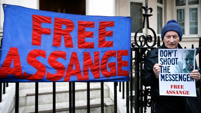 Demonstrants a Londra pretendan da betg extradir Julian Assange.