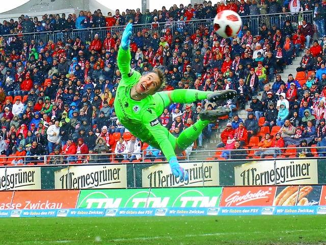 Marco Hiller vom TSV 1860 München zeigt eine spektakuläre Flugeinlage.