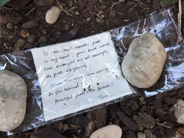 Ein Brief auf einem Grab.