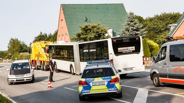 Bus e autos da polizia.