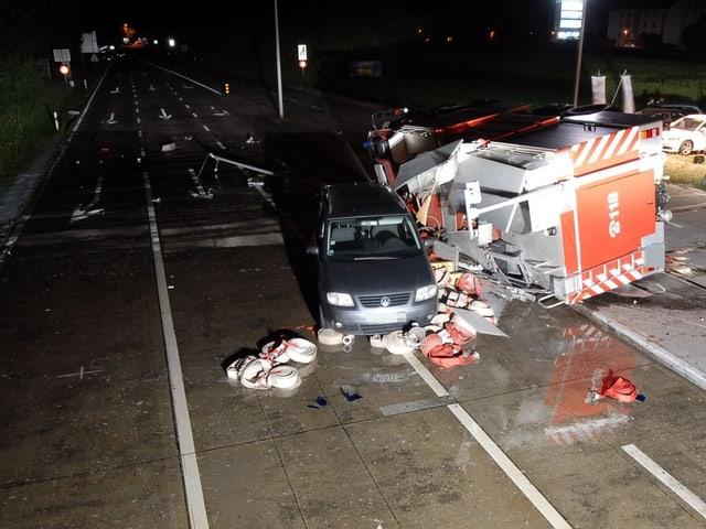 Zerstörtes Feuerwehr-Fahrzeug von oben.