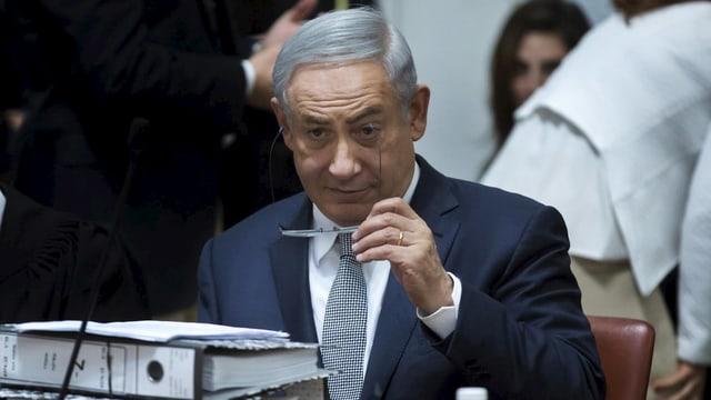 Netanjahu hält eine Brille in der Hand