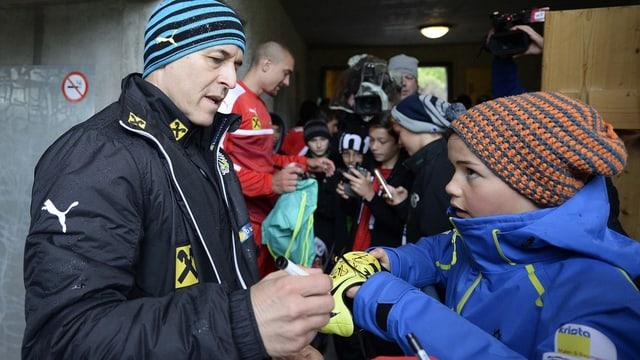 Fans giuvens che van per autograms.