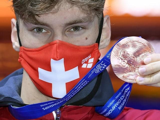 Roman Mityukov posiert mit EM-Bronze.