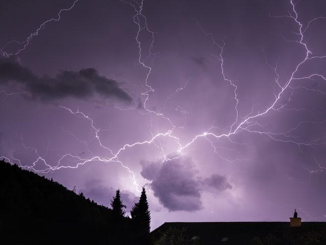 Nachthimmel während des Gewitters über Nebikon (Luzern).