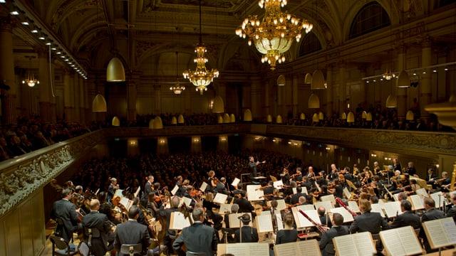 Tonhalle mit Orchester.