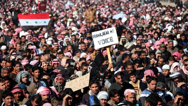 Wütende Demonstranten protestieren nach dem Freitagsgebet in Falludscha.