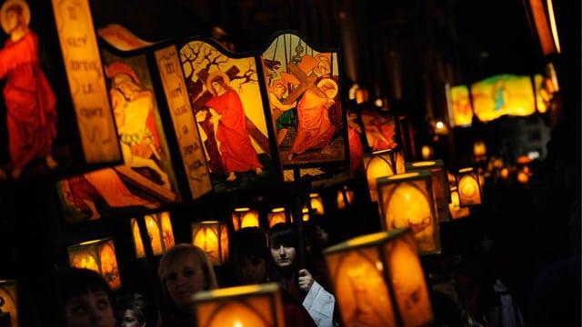 Umzug in Mendrisio an der traditionellen Osterprozession. Die Teilnehmer sind am Abend mit geschmückten Lampen unterwegs.