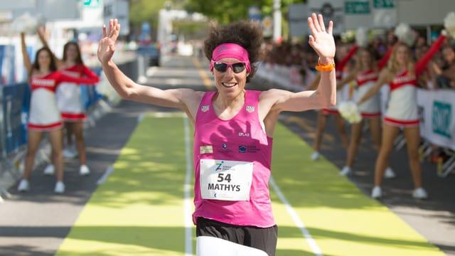 Maude Mathys überquert die Ziellinie.