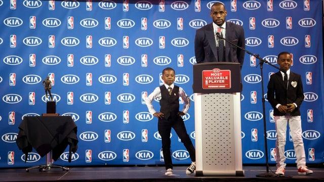 LeBron James mit seinen Söhnen Bryce (l.) und LeBron Jr. bei der MVP-Gala.