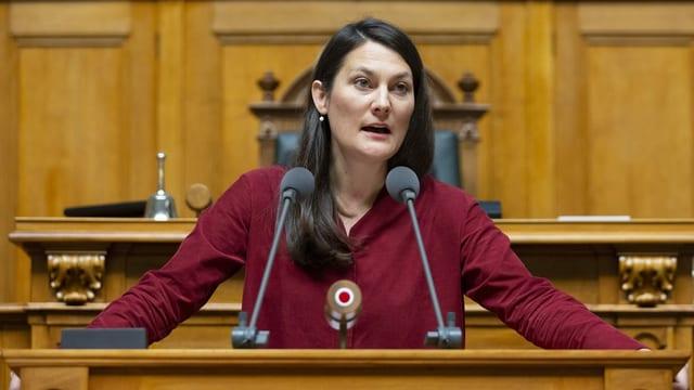 Tiana Moser am Rednerpult im Bundeshaus.