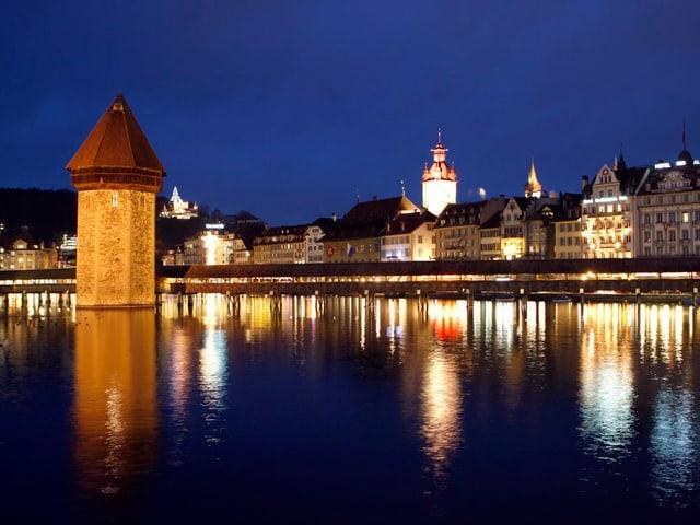 Die Stadt Luzern in Abendbeleuchtung am 8. Dezember 2008.