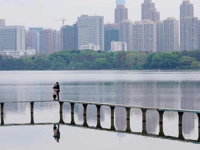 Sich umarmendes Paar in Wuhan