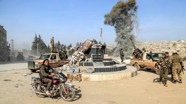 Statue in Afrin umgestürzt.
