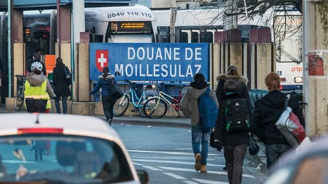 Autos und Fussgänger am Grenzübergang Moillesulaz bei Genf.