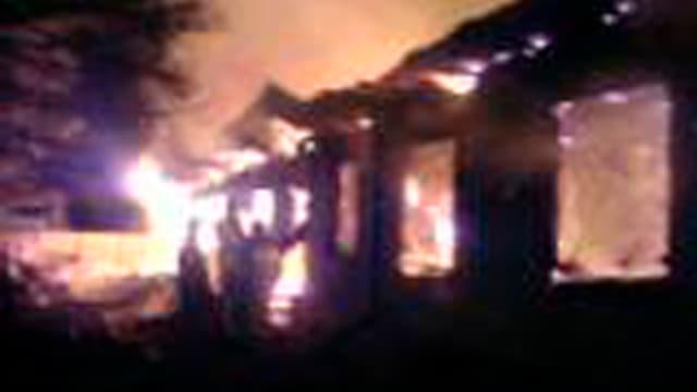Ein Haus steht in Flammen.