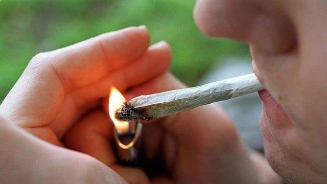 Kiffer zündet Joint an.