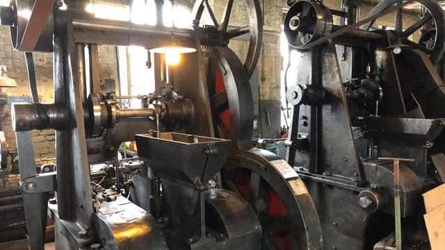 Eine grosse schwarze Maschine mit vielen runden Sachen.