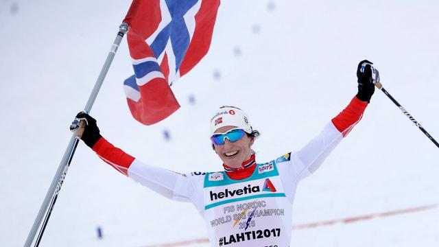 Marit Björgen giubilescha cun la bandiera.