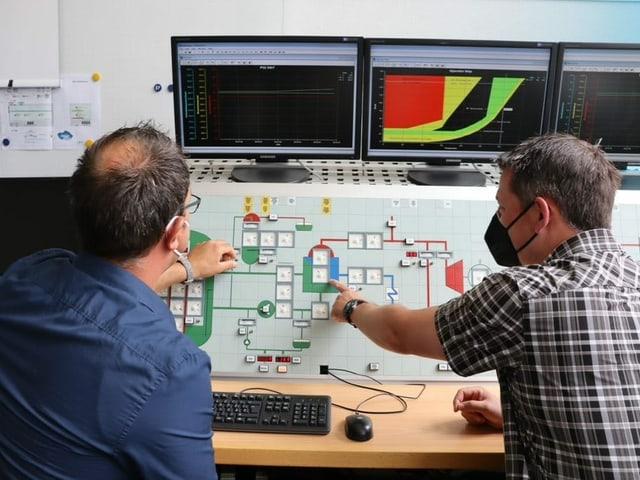 Michael Wernli und Michel Bürgin üben am Simulator den Umgang mit Störfällen im Kernkraftwerk.