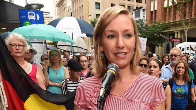 Die grüne Parlamentarierin Larissa Waters bei einer Demonstration für Flüchtlinge.