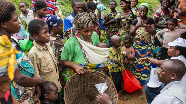 Kongolesen stehen für die Verteilung von Lebensmitteln an