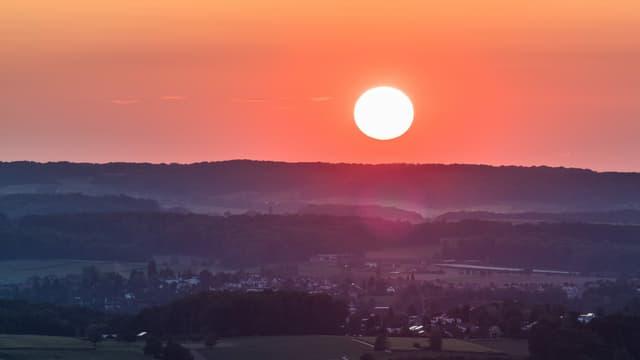 Feuriger Sonnenuntergang am Montag über der Nordwestschweiz bei Muttenz.