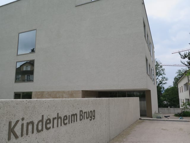 Eingangschild von Gebäude.