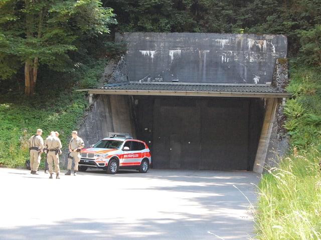 Panzertüre zu einer Militäranlage im Berg