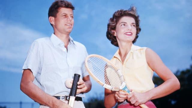 Jackie und John F. Kennedy spielen Tennis. Aufnahme zw. 1950 und 1959.