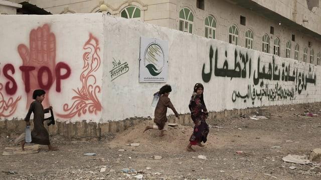 Kinder im Jemen vor einer Einrichtung für ehemalige Kindersoldaten