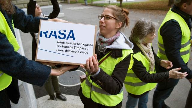 Rasa-Komitee-Mitglieder tragen Kartons voller Unterschriften.